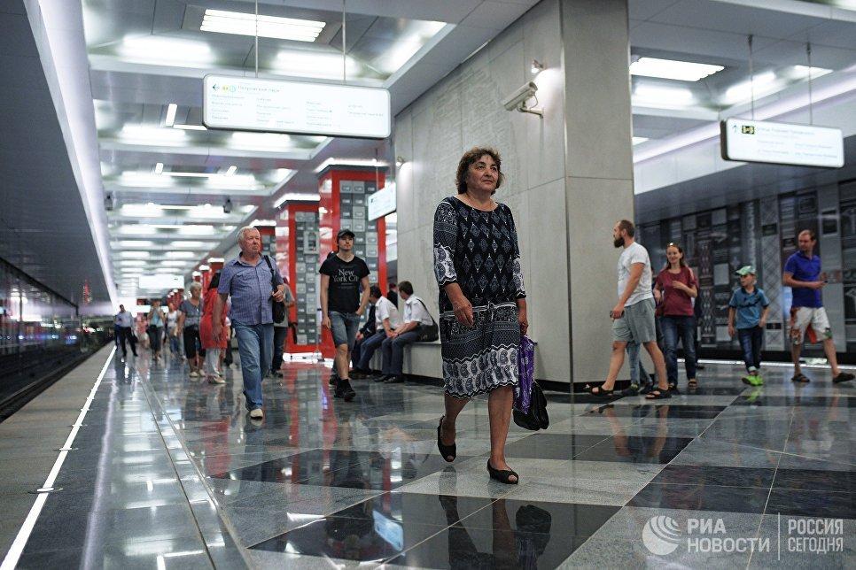 Пассажиры на станции Рассказовка Калининско-Солнцевской линии Московского метрополитена