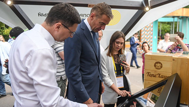 Заместитель министра промышленности и торговли РФ Виктор Евтухов на выставке Современная жизнь в деревянном доме