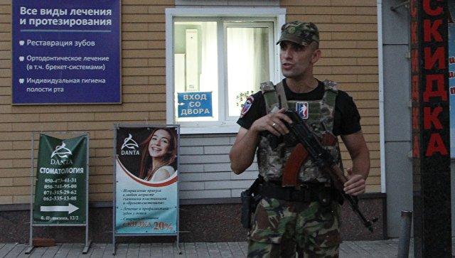 Военный возле кафе  Сепар, где был убит глава ДНР Александр Захарченко