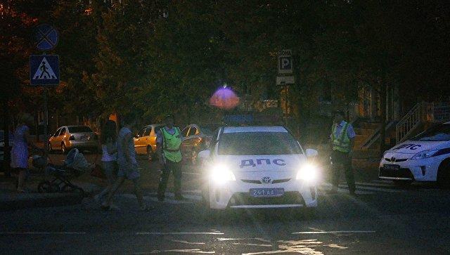 Сотрудники полиции патрулируют центр Донецка после взрыва в кафе Сепар, в результате которого погиб глава ДНР Александр Захарченко