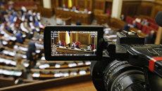 Журналист с камерой в Верховной раде Украины. Архивное фото