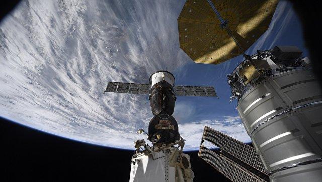 Российский космический корабль Союз на фоне нашей планеты. Архивное фото