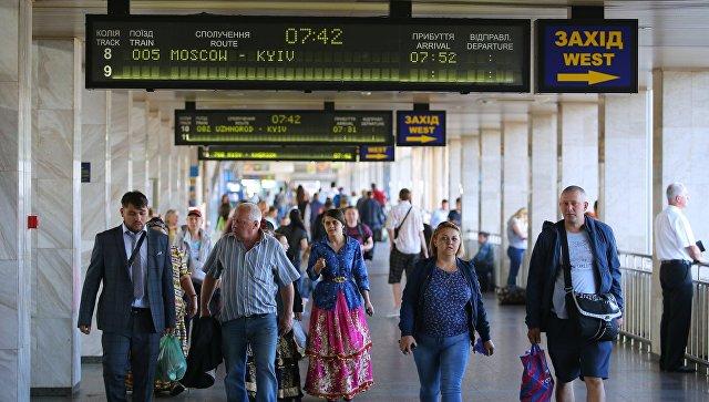 Пассажиры на Центральном железнодорожном вокзале в Киеве