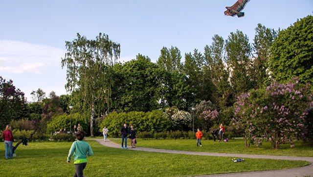 Местные жители гуляют в Сиреневом саду в Москве. Архивное фото