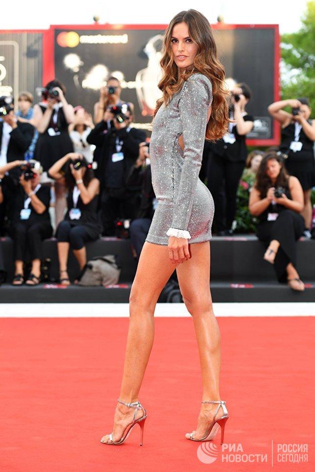 Бразильская модель Изабель Гулар на красной дорожке премьеры фильма Рома (Roma) в рамках 75-го Венецианского кинофестиваля