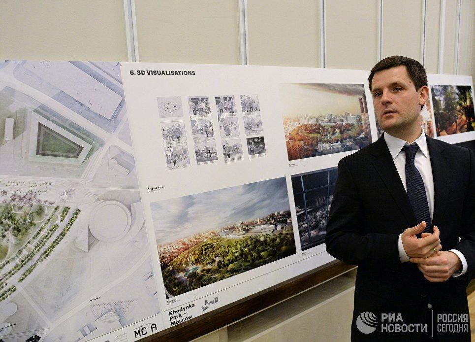 Главный архитектор Москвы Сергей Кузнецов у эскиза проекта победителя конкурса на разработку архитектурной концепции парка на Ходынском поле