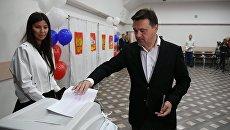 Кандидат на пост губернатора Московской области Андрей Воробьев на избирательном участке в Московской области в единый день голосования
