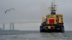 Ледокол Адмирал Макаров в проливе Босфор Восточный во время ухода в рейс по обеспечению летней навигации на трассе Северного морского пути (СМП) в восточном районе Арктики