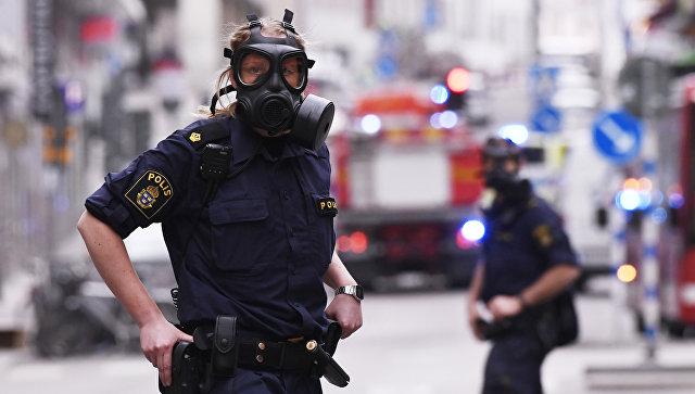 Полицейские в центре Стокгольма после наезда грузовика на людей на улице Дроттнинггатан. 7 апреля 2017 года