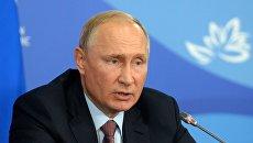 Президент РФ Владимир Путин на полях IV Восточного экономического форума на территории ДВФУ на острове Русский