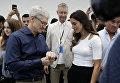 Генеральный директор Apple Тим Кук показывает новую модель Apple Watch 4. 12 сентября 2018 года