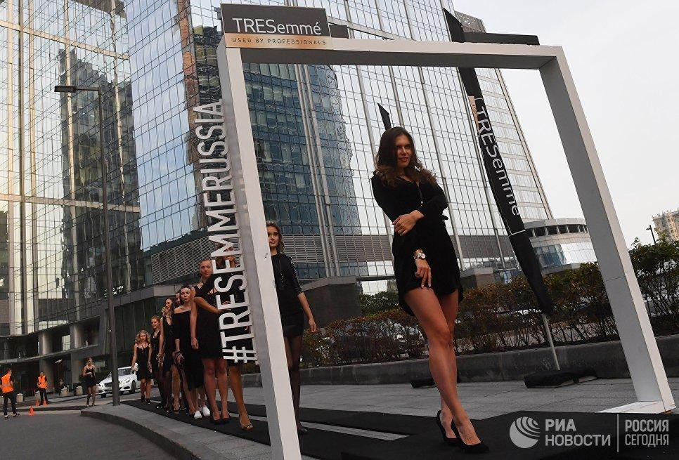 Модели на самом длинном в мире подиуме, возведенном на территории московского международного делового центра Москва-Сити