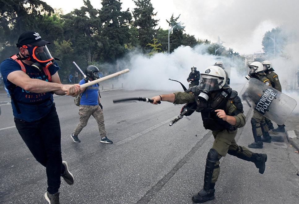 Столкновение протестующие с полицией в Салониках, Греция