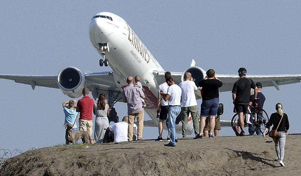 Люди наблюдают за вылетом самолета из Варшавского аэропорта имени Фридерика Шопена