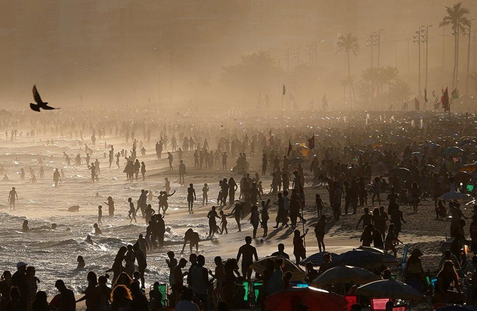 Люди отдыхают на пляже Ипанема в Рио-де-Жанейро
