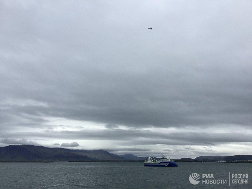Рыболовецкое судно заходит в порт Рейкьявика.