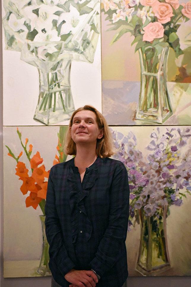 Художник Наталья Пронченко и ее цветы, за которые предложили пока что 80 тысяч рублей