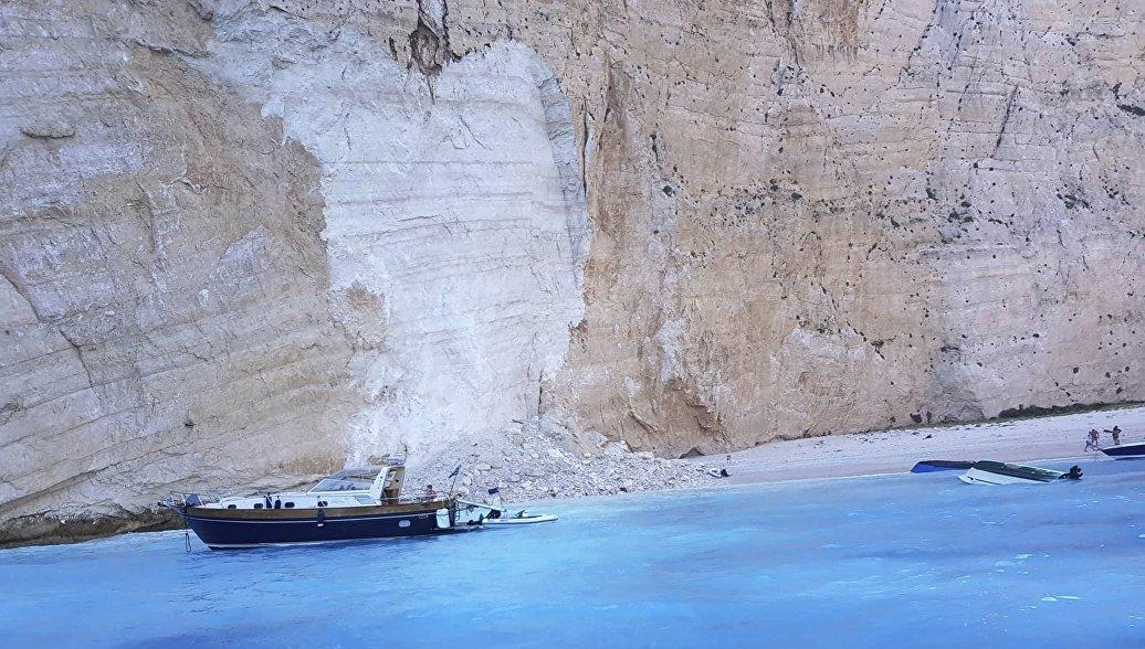 Обрушение скалы на пляже Наваджио, остров Закинф, Греция