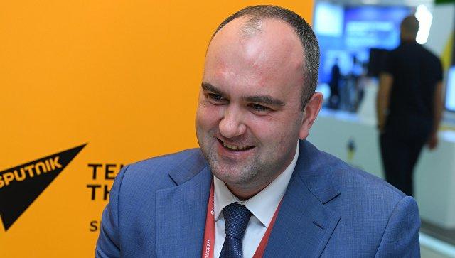 Глава Агентства по развитию человеческого капитала на Дальнем Востоке Сергей Ховрат в радиорубке Sputnik на площадке IV Восточного экономического форума во Владивостоке