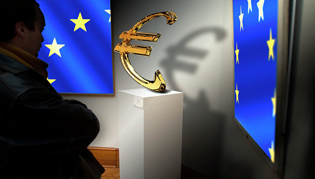 Флаги Евросоюза и значок евро. Архивное фото
