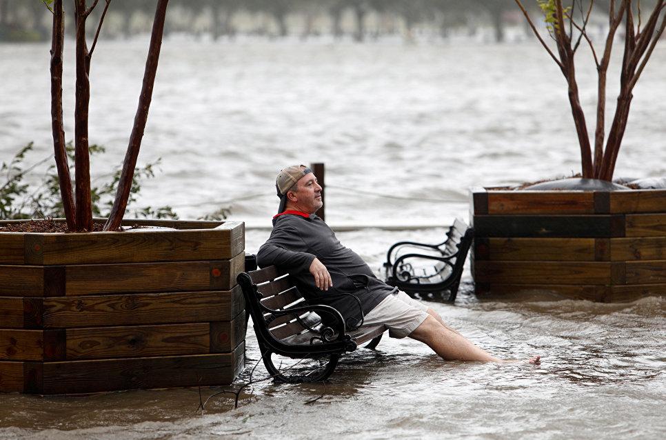 Мужчина в парке, затопленном в результате разлива реки Кейп-Фир в городе Уилмингтон, Северная Каролина. 14 сентября 2018