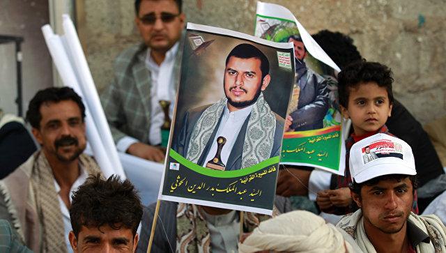 Йеменские cторонники  движения шиитов-хуситов с портретом лидера группировки Ансар Алла Абдул-Малика ибн Бадр ад-Дин аль-Хуси. Архивное фото