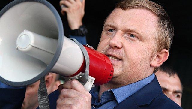 Кандидат в губернаторы от КПРФ, депутат Законодательного собрания Приморья Андрей Ищенко перед зданием администрации края во Владивостоке. 17 сентября 2018