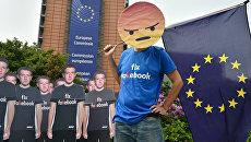 Участники акции протеста против распространения дезинформации в социальной сети Facebook перед штаб-квартирой Европейского союза в Брюсселе. Архивное фото