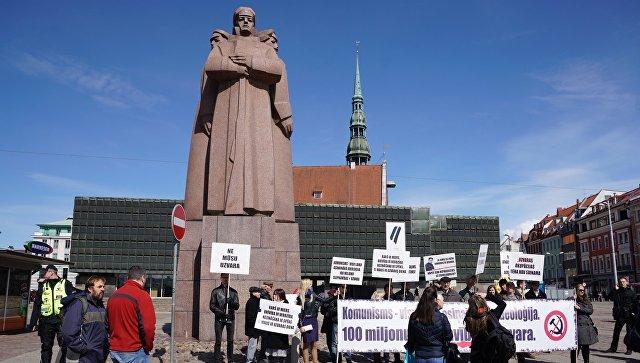 Участники акции протеста, протестующие против празднования Дня Победы, у здания Латвийской Национальной библиотеки в Риге