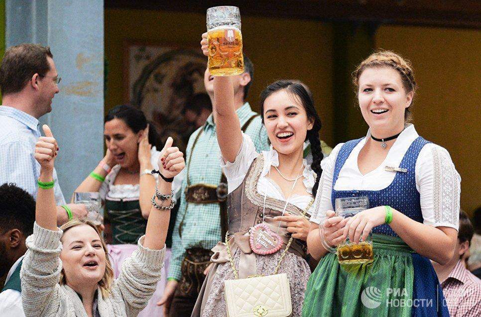 Девушки на открытии традиционного пивного фестиваля Октоберфест в Мюнхене