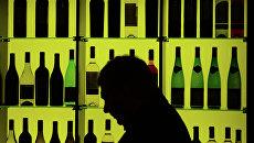Мужчина у стенда с вином. Архивное фото