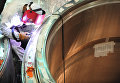Рабочий поводит сварочные работы во время сборки реактора в чистой зоне энергоблока БН-800 на Белоярской АЭС