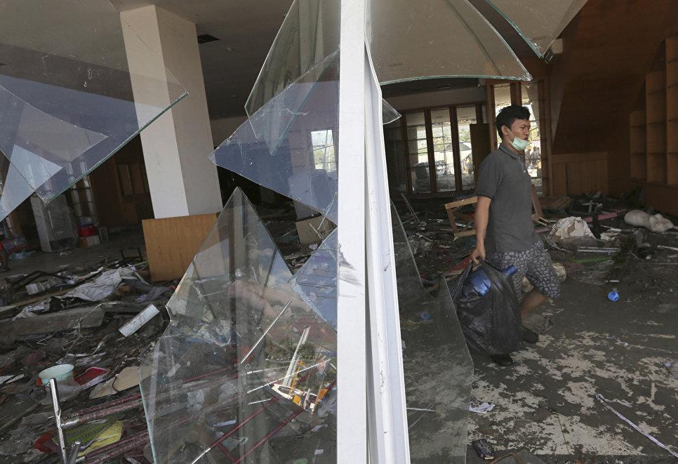 Последствия землетрясения в городе Палу, на острове Сулавеси в Индонезии. 30 сентября 2018 года
