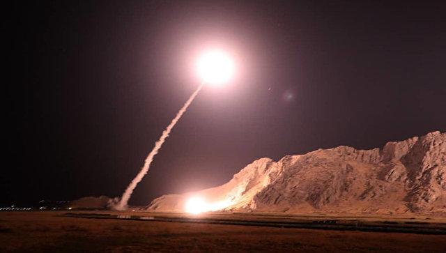 Запуск ракет класса земля-земля из города Керманшах в Иране по позициям боевиков на восточном берегу Евфрата в Сирии. Архивное фото
