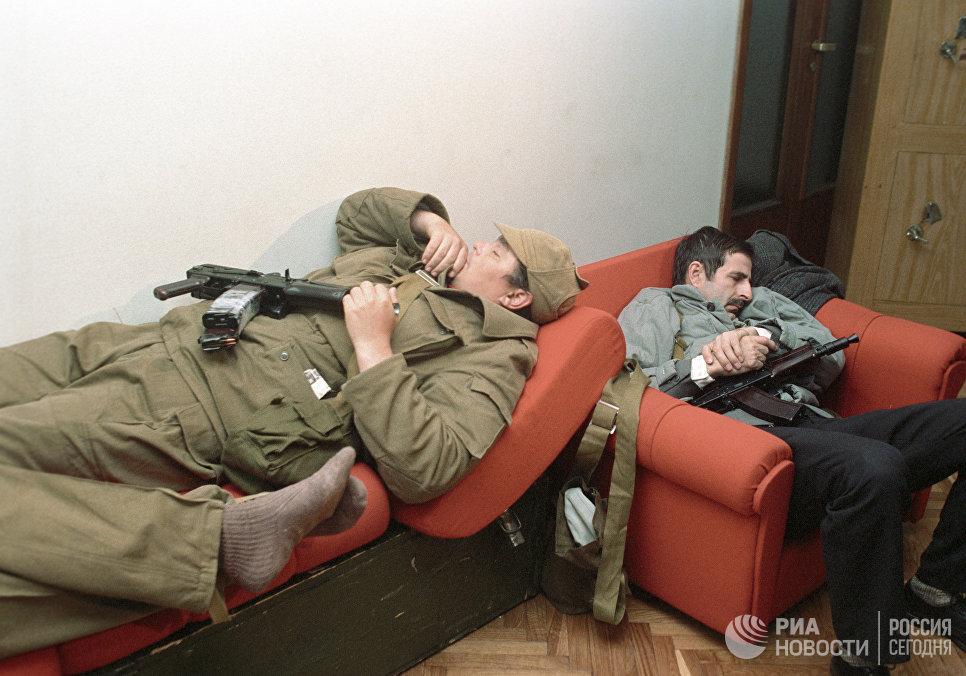 Вооруженные участники октябрьских событий 1993 года спят в одной из комнат Дома Советов РФ.