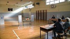 На участке для голосования на референдуме по межправительственному договору с Грецией о переименовании бывшей югославской Республики Македония в Республику Северная Македония