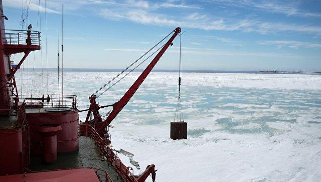Атомный ледокол Ямал во время научно-исследовательских работ в Карском море