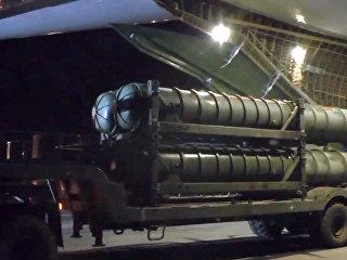 Выгрузка зенитно-ракетных комплексов С-300 в Сирии. Архивное фото