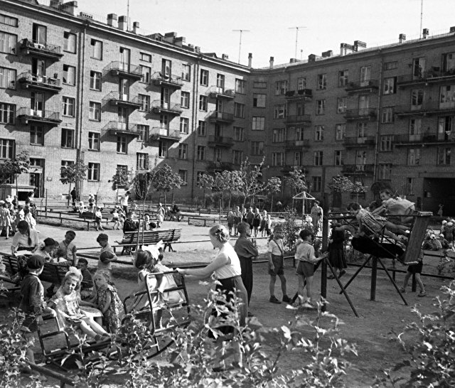 Детская оздоровительная площадка в одном из московских дворов