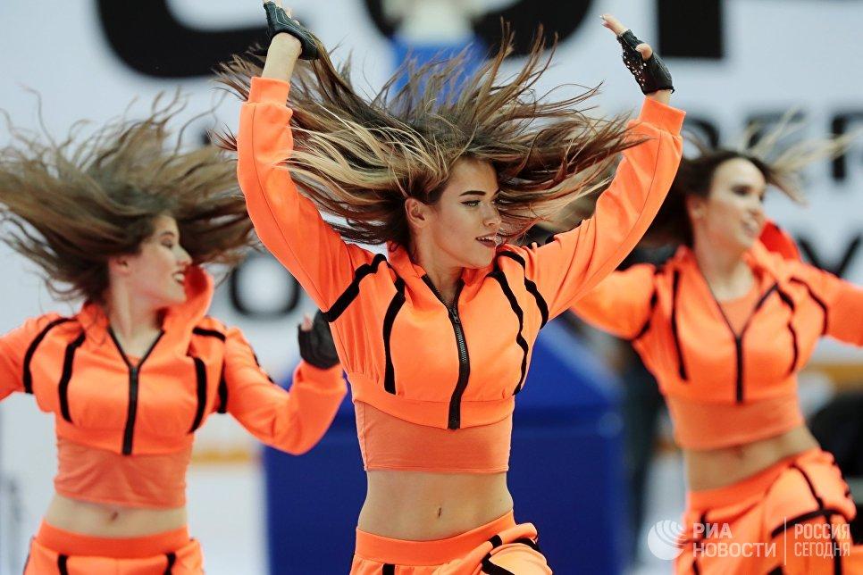 Участницы группы поддержки выступают во время финального матча Кубка имени А. Я. Гомельского по баскетболу