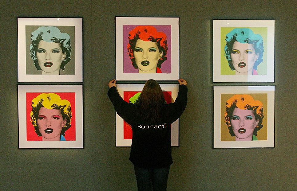 Портреты Кейт Мосс работы британского художника Бэнкси в аукционном доме Bonhams в Лондоне, Великобритания