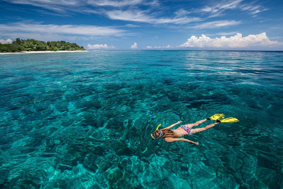 Купание на острове Гили, Индонезия.