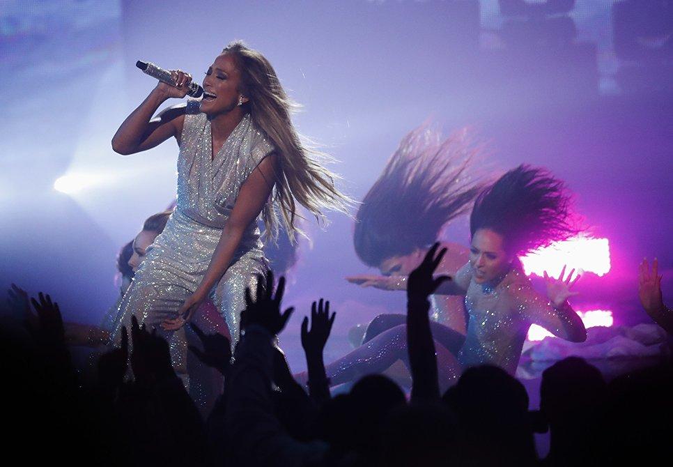 Дженнифер Лопес во время выступления на церемонии награждения American Music Awards в Лос-Анджелесе