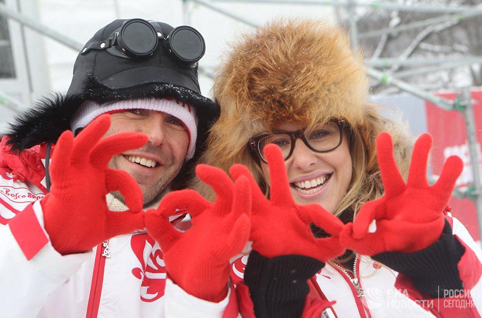 Телеведущие Андрей Малахов и Ксения Собчак позируют фотографу на юбилейном турнире Audi Stars Cup V в Сочи.
