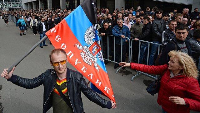 Жители Донбасса перед голосованием на референдуме о статусе самопровозглашенной Донецкой народной республики. Архивное фото