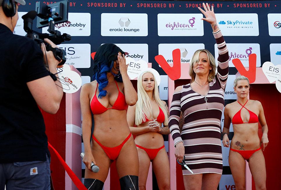 Актриса Сторми Дэниелс на эротической ярмарке Venus erotic fair в Берлине