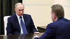Президент РФ Владимир Путин и председатель Внешэкономбанка Игорь Шувалов во время встречи. 15 октября 2018