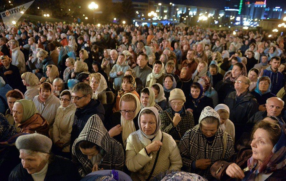 Верующие у Свято-Духового кафедрального собора в Минске, где проводит богослужение патриарх Московский и всея Руси Кирилл