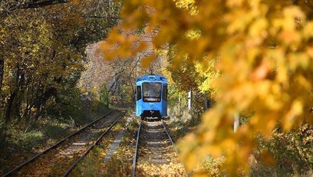 Трамвай в Тимирязевском парке Москвы. Архивное фото