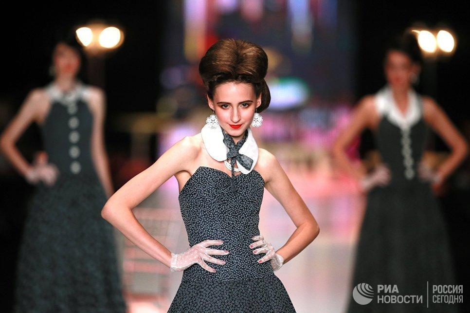 Модель демонстрирует одежду из коллекции Вячеслава Зайцева Русские сезоны в Париже в рамках Mercedes-Benz Fashion Week Russia